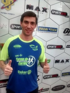 Fabio Frasson vestindo a camisa da acessoria Sou mais turma da corrida